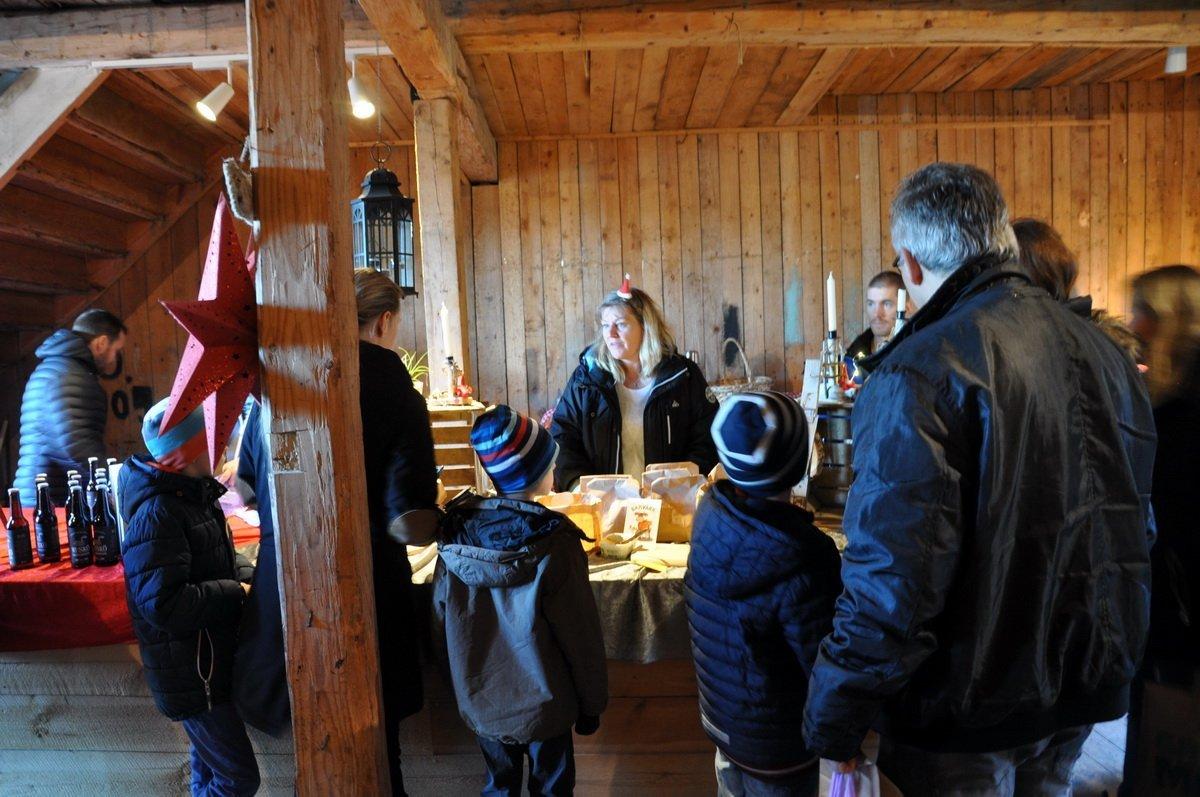 Kicki Gardell sålde bland annat hantverk och hemakat knäckebröd. Foto: Bengt Grönkvist