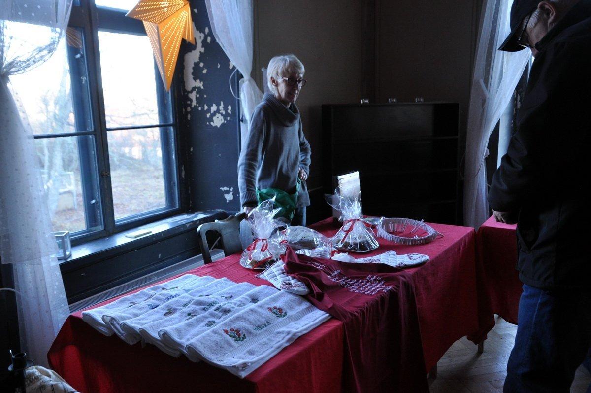 Muskö Pensionärsförening var där med sitt traditionella jullotteri med mera. Foto: Bengt Grönkvist