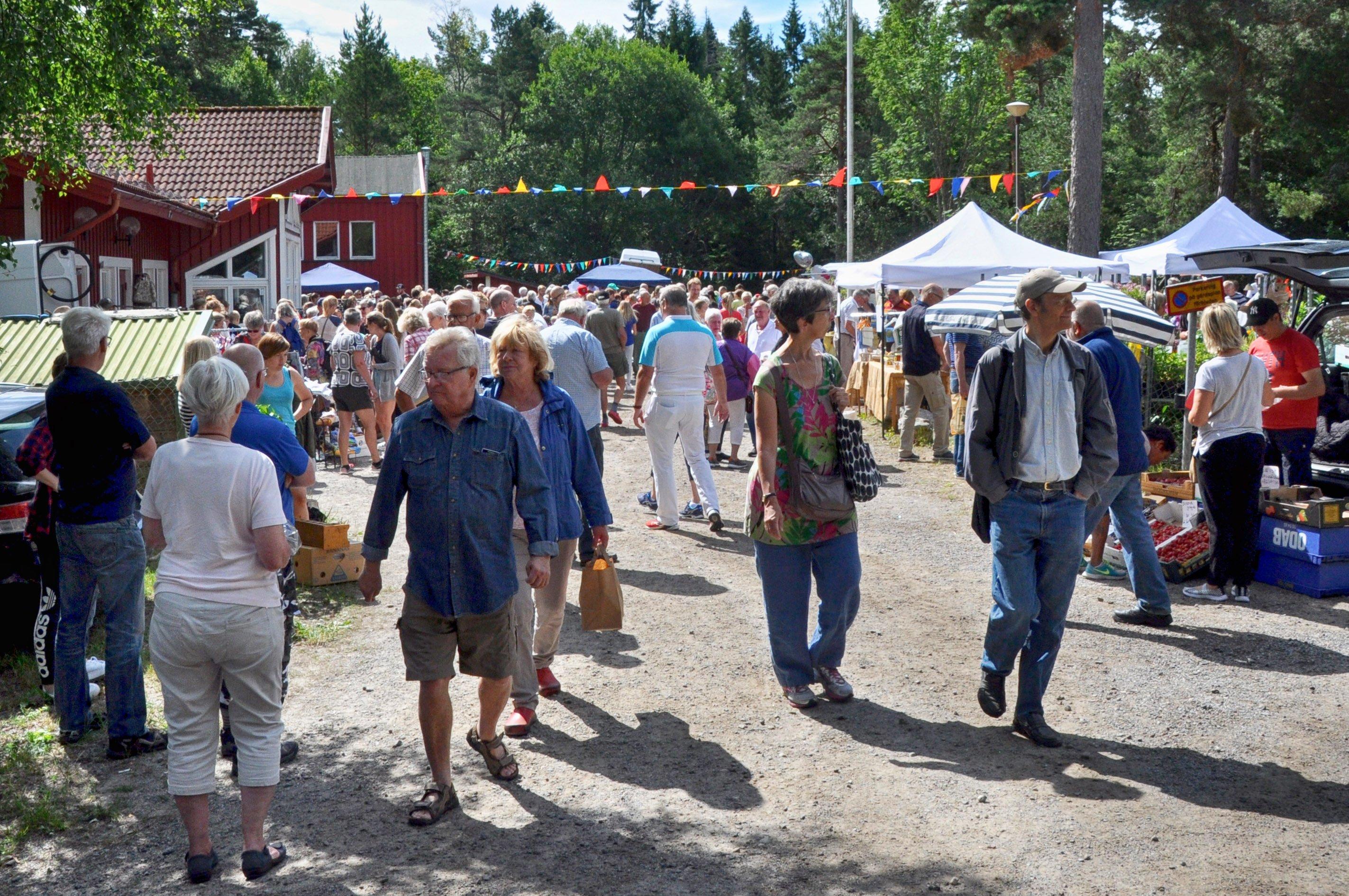 Stora sommarloppisen i hembygdsgården drog som vanligt mycket folk. Foto: Bengt Grönkvist