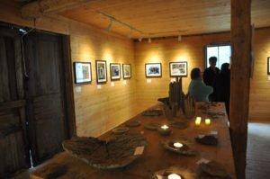 Konsthantverkare, besökare och stolta fotokursare minglade i den gamla mangelboden. Foto: Bengt Grönkvist