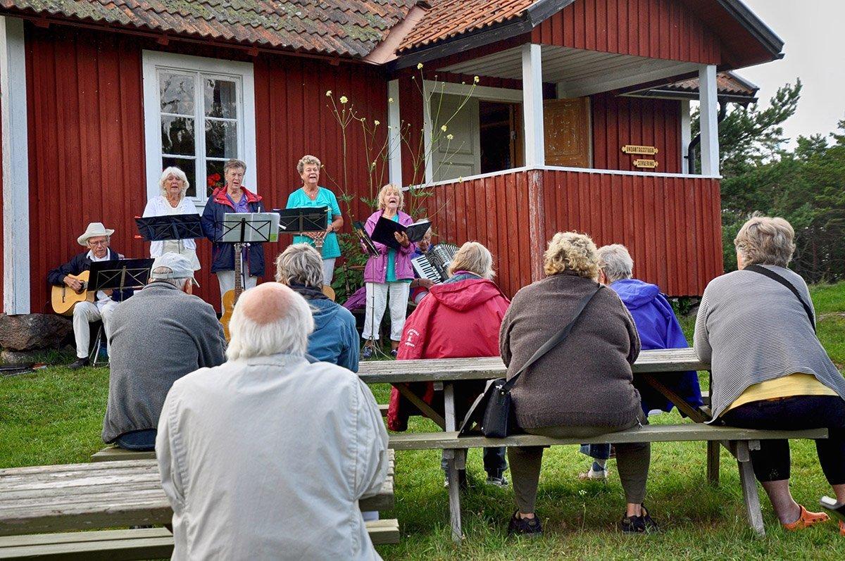 TantÖZ förstärkta av May och Ingvar spelade och sjöng. Foto: Bengt Grönkvist