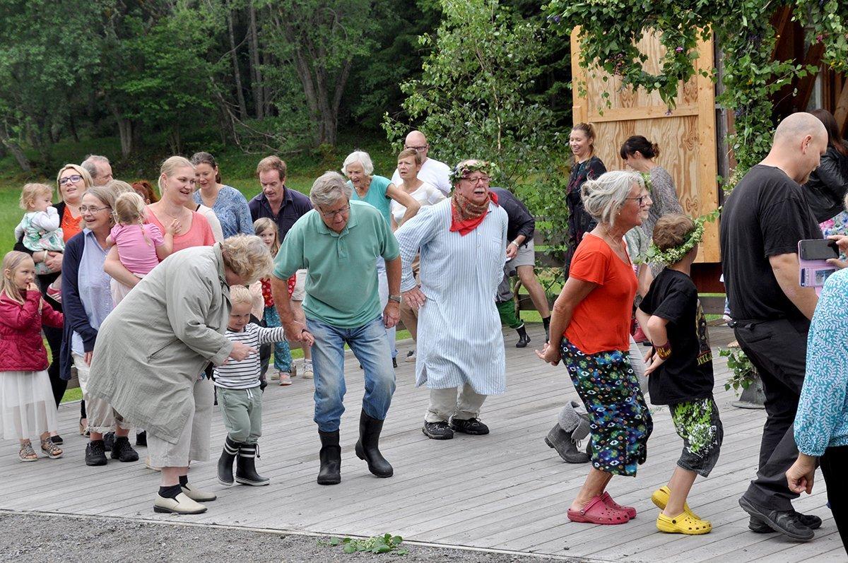 """Grodan"" Peppe leder dansen. Foto: Bengt Grönkvist"