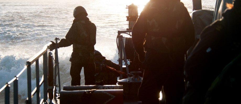 Ombord på HMS Sundsvall klargörs sjunkbomberna och puttas ner i vattnet. Foto: Magnus Jirlind/Försvarsmakten