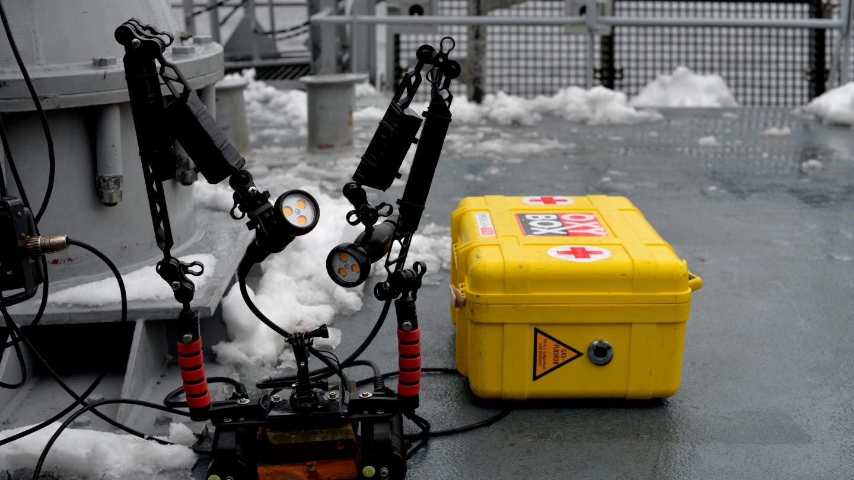 Det krävs en hel del utrustning vid ett ammunitionsröjningsuppdrag. Kamerautrustning för att kunna dokumentera sjöminan till sjukvårdsutrustning måste alltid med. Foto: Rebecca Landberg/Försvarsmakten