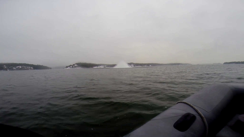Röjdykare från HMS Spårö placerade en större sprängladdning på minan som oskadliggjorde den. Foto: HMS Spårö/Försvarsmakten