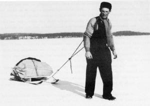 Hans Oskarsson, postförare. drar postsläden över isen.